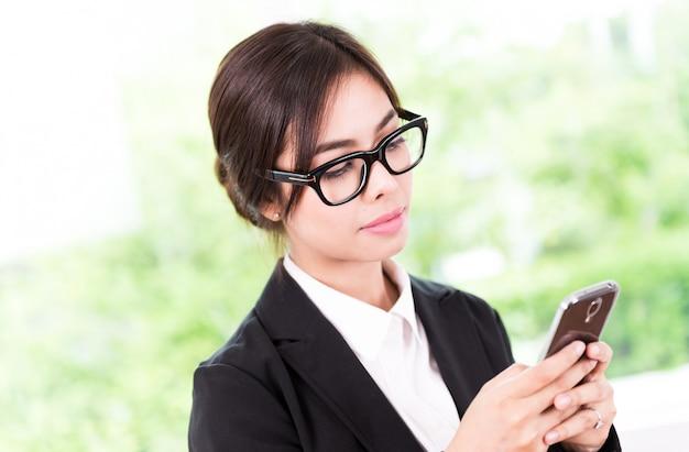 Donna d'affari parlando cellulare Foto Gratuite