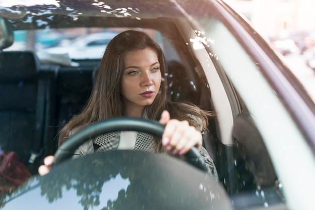 Donna d'affari alla guida di un'auto Foto Gratuite