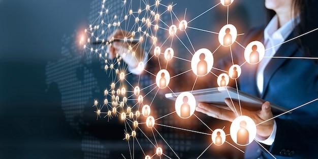 Donna d'affari che traccia il collegamento con la struttura globale della rete e degli scambi di dati Foto Premium