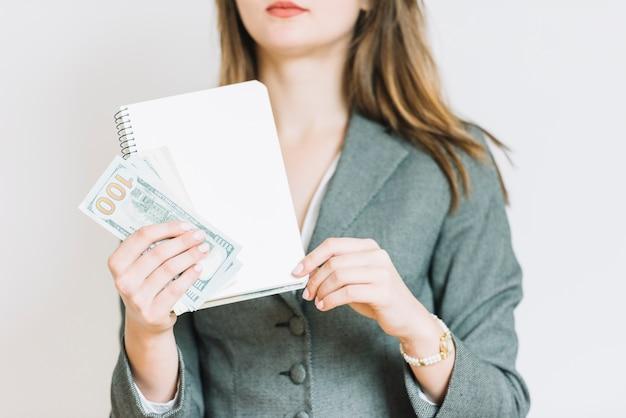 Donna d'affari con i soldi Foto Gratuite