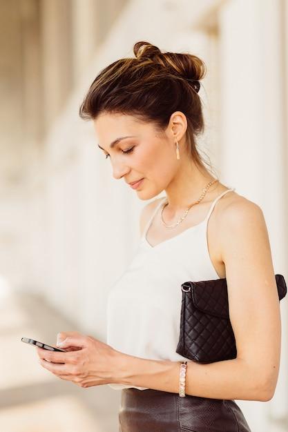 Donna d'affari con il cellulare Foto Gratuite