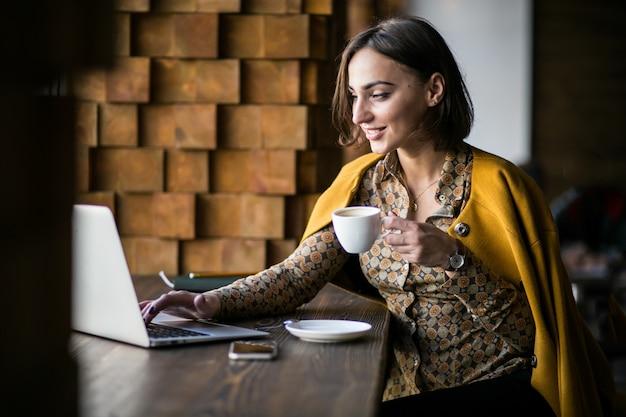 Donna d'affari con il portatile Foto Gratuite