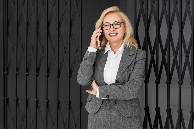 Donna d'affari di alto angolo Foto Gratuite