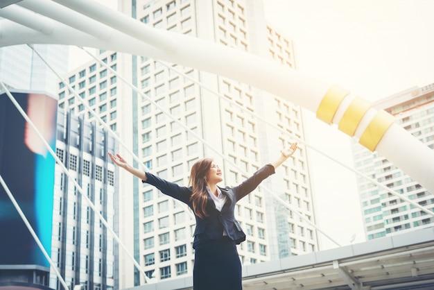 Donna d'affari felice esulti pugni pugni ecstatic celebra successo all'aperto. Foto Gratuite