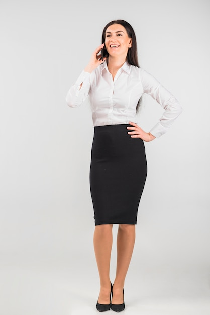 Donna d'affari felice parlando per telefono Foto Gratuite