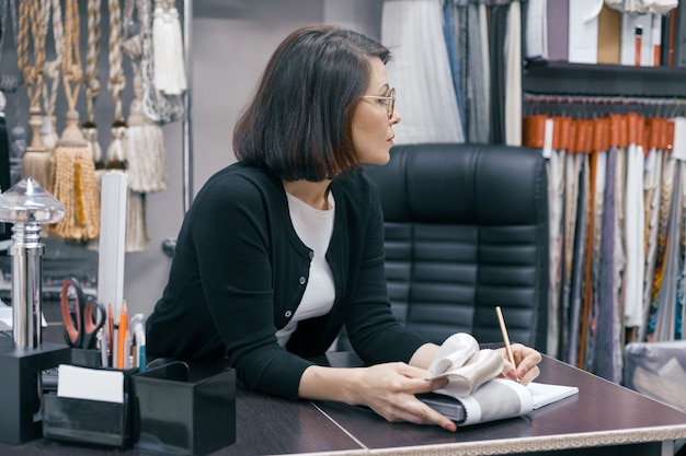 Donna d'affari in bicchieri in ufficio Foto Premium
