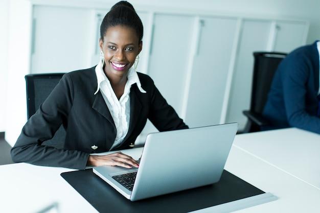 Donna d'affari in ufficio Foto Premium