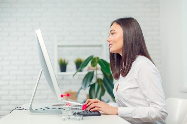 Donna d'affari, lavorando in ufficio Foto Premium