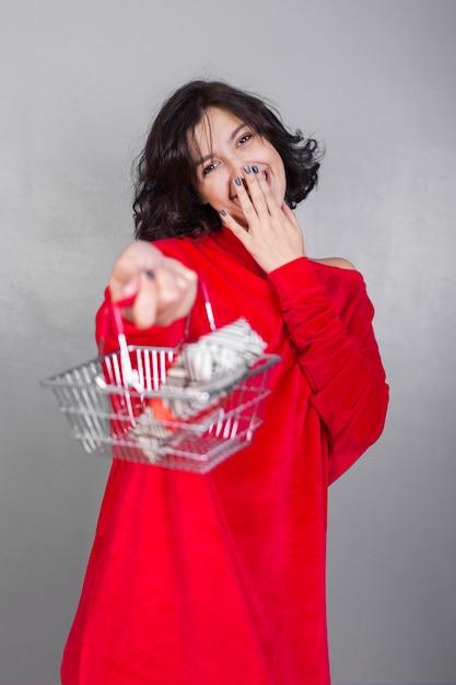 Donna dando cesto con confezione regalo scaricare foto for Regalo tutto gratis