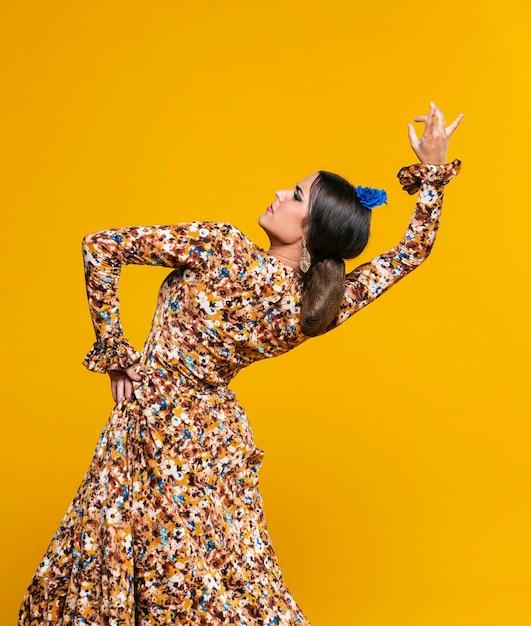 Donna del colpo medio che piega indietro con il fondo arancio Foto Gratuite