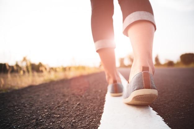 Donna del primo piano che cammina verso dal lato della strada. Foto Premium