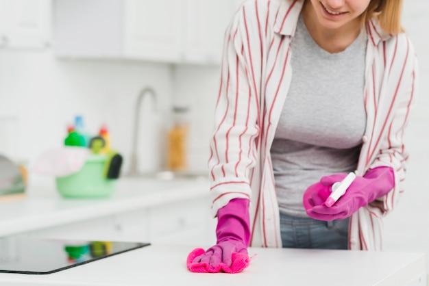 Donna del primo piano che fa i lavori domestici Foto Gratuite