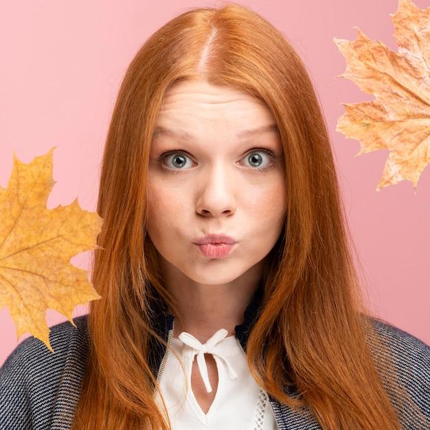 Donna del primo piano che posa con le foglie Foto Gratuite