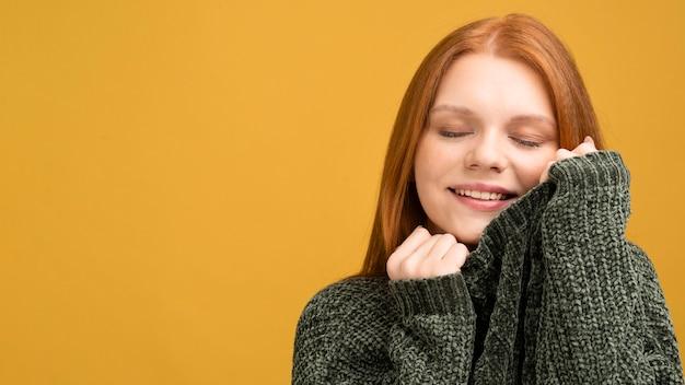 Donna del primo piano con fondo giallo Foto Gratuite
