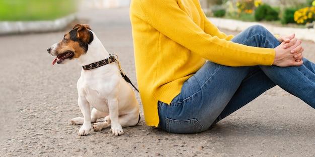 Donna del primo piano con il suo cane all'aperto Foto Gratuite