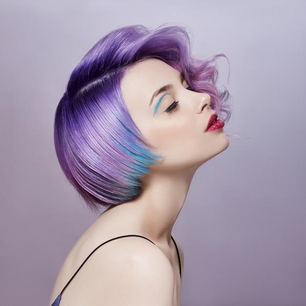 Donna del ritratto con i capelli di volo colorati luminosi Foto Premium