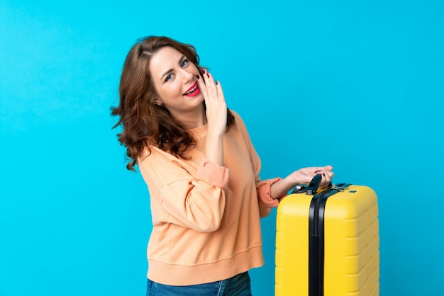 Donna del viaggiatore con la valigia sopra il sussurro isolato qualcosa Foto Premium