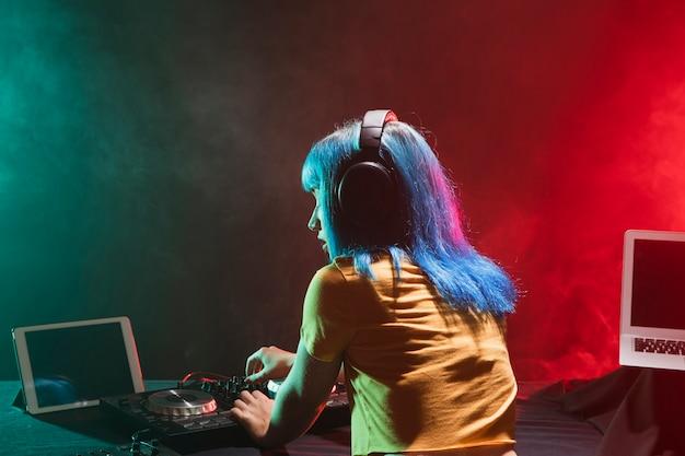 Donna dell'angolo alto che controlla i dispositivi Foto Gratuite