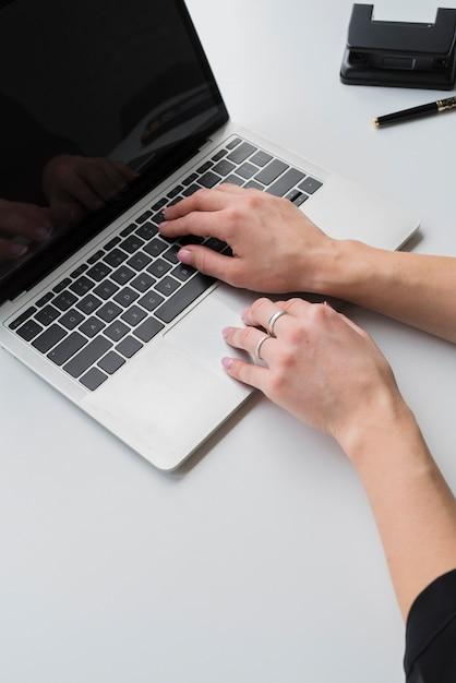 Donna dell'angolo alto che lavora al computer portatile Foto Gratuite