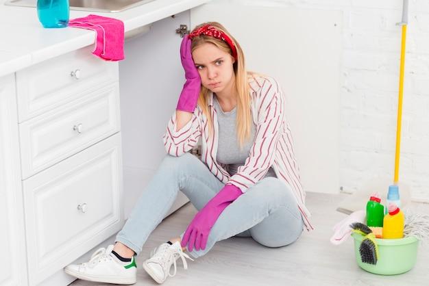 Donna dell'angolo alto stanca dalla pulizia Foto Gratuite