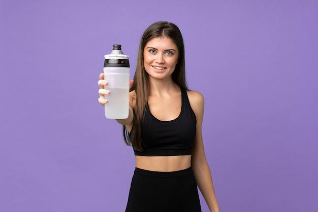 Donna della ragazza sopra fondo isolato con la bottiglia di acqua di sport Foto Premium