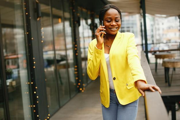 Donna di affari alla moda che lavora in un ufficio Foto Gratuite