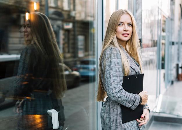 00d4da3e915d Donna di affari alla moda con i appunti in città