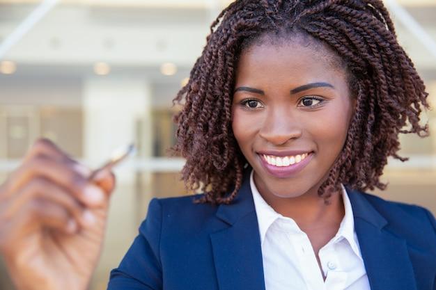 Donna di affari allegra felice che attinge bordo di vetro Foto Gratuite