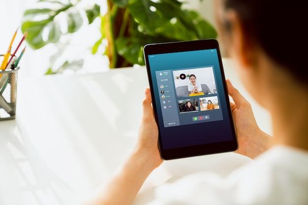 Donna di affari asiatica che fa videochiamata che si incontra per team online e presentare progetti di lavoro Foto Premium