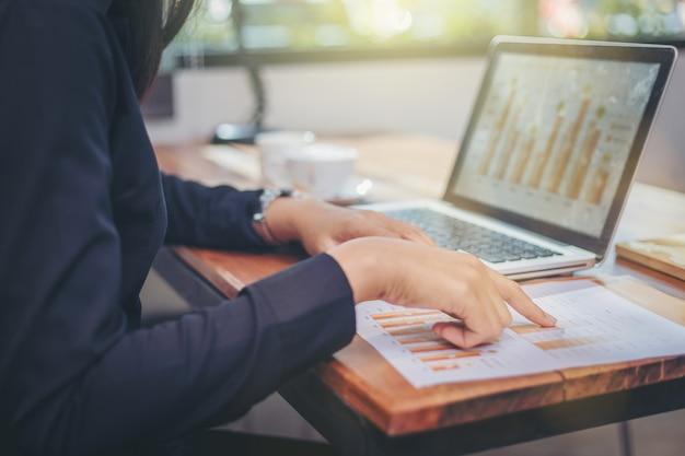 Donna di affari che analizza insieme i dati nel lavoro di squadra per progettazione e nuovo progetto di partenza Foto Premium