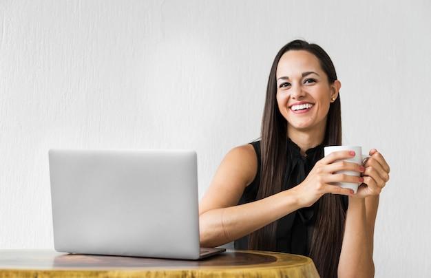 Donna di affari che guarda l'obbiettivo e in posa Foto Gratuite