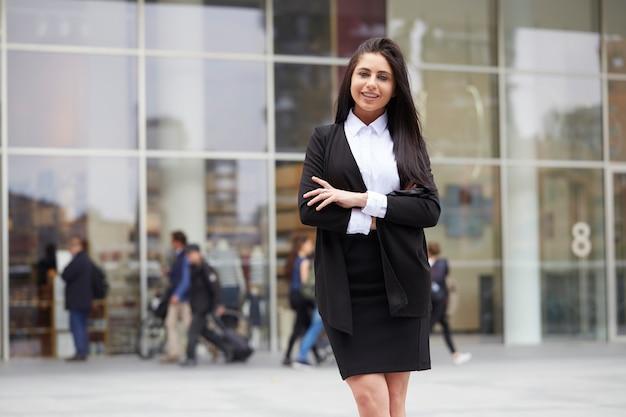 Donna di affari che lavora fuori dell'edificio per uffici Foto Premium