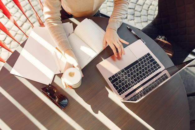 Donna di affari che lavora in un caffè Foto Gratuite