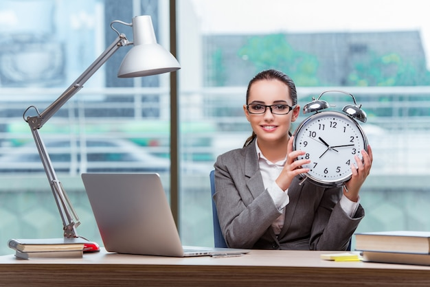 Donna di affari che non riesce ad incontrare le sue scadenze nel concetto di affari Foto Premium