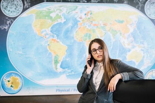 Donna di affari che parla dal telefono in ufficio Foto Gratuite