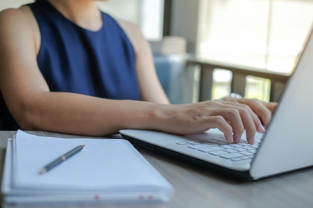 Donna di affari che per mezzo del computer portatile per il piano di marketing di analisi Foto Premium