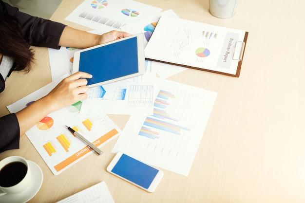 Donna di affari che per mezzo della compressa per il piano di maketing di analisi. concetto di business, finanza e tecnologia. Foto Premium