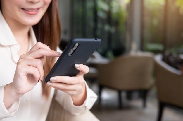 Donna di affari che usando smartphone concetto di social media Foto Premium