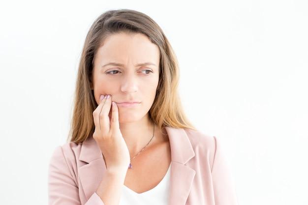 Donna di affari dispiaciuta soffrono di mal di denti Foto Gratuite