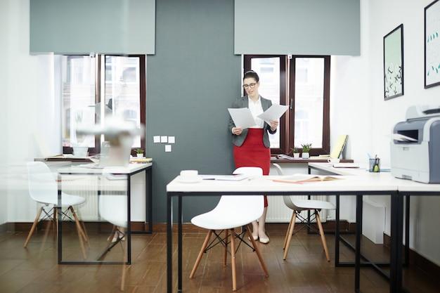 Donna di affari graziosa che fa lavoro di ufficio Foto Gratuite