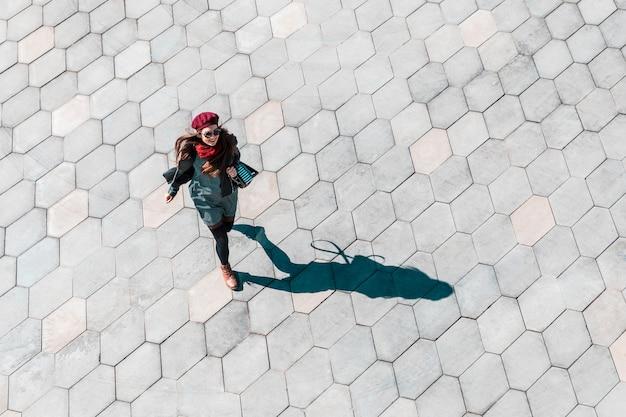 Donna di affari in fretta a mosca, vista dall'alto in basso Foto Premium