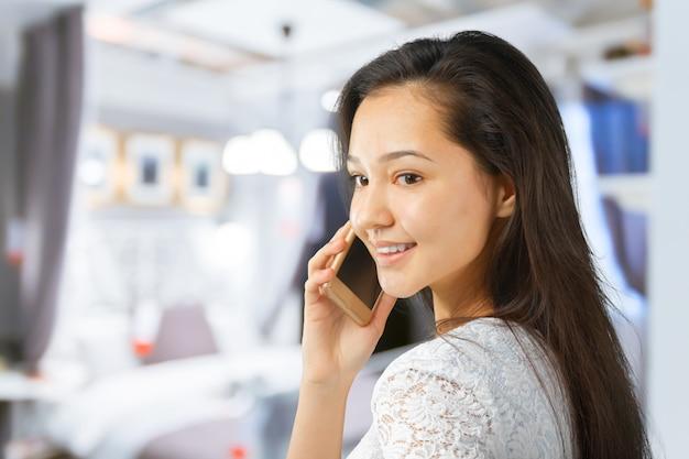 Donna di affari sorridente felice riuscita con il telefono cellulare Foto Premium