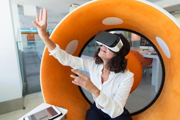 Donna di affari stupita che guarda presentazione virtuale Foto Gratuite