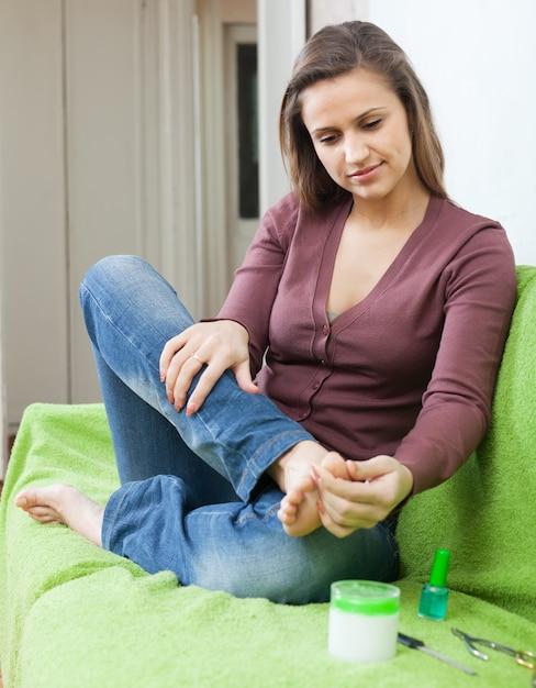 Donna di bellezza che si prende cura delle unghie dei piedi Foto Gratuite