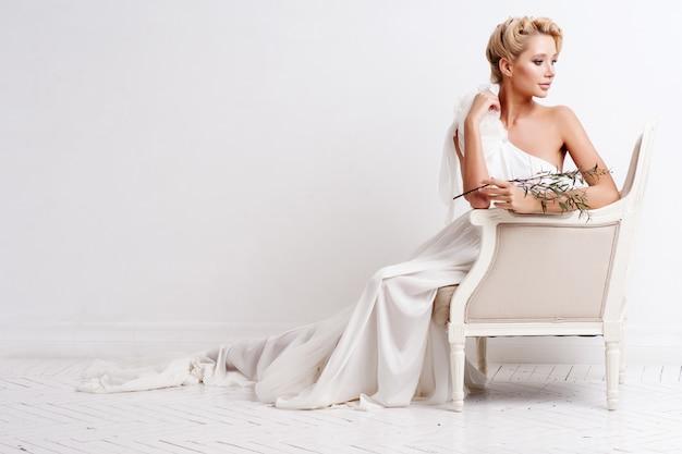 Donna di bellezza con trucco e acconciatura da sposa. Foto Premium