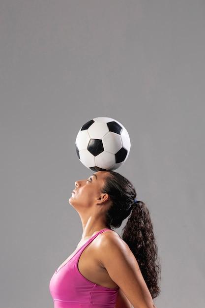 Donna di calcio che fa i trucchi con la palla Foto Gratuite
