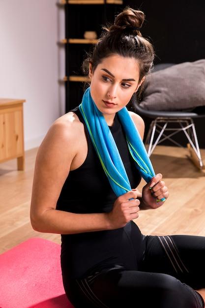 Donna di forma fisica che fa esercizio a casa Foto Gratuite