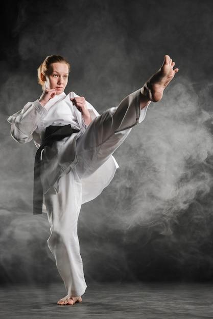 Donna di karate in azione a tutto campo Foto Gratuite