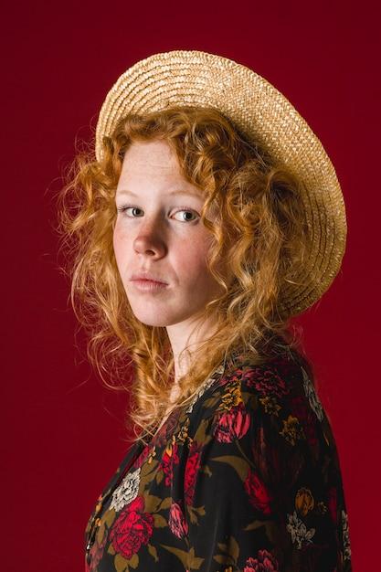Donna di redhead che guarda l'obbiettivo Foto Gratuite