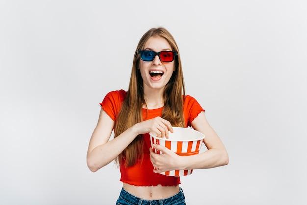 Donna di smiley con gli occhiali 3d Foto Gratuite